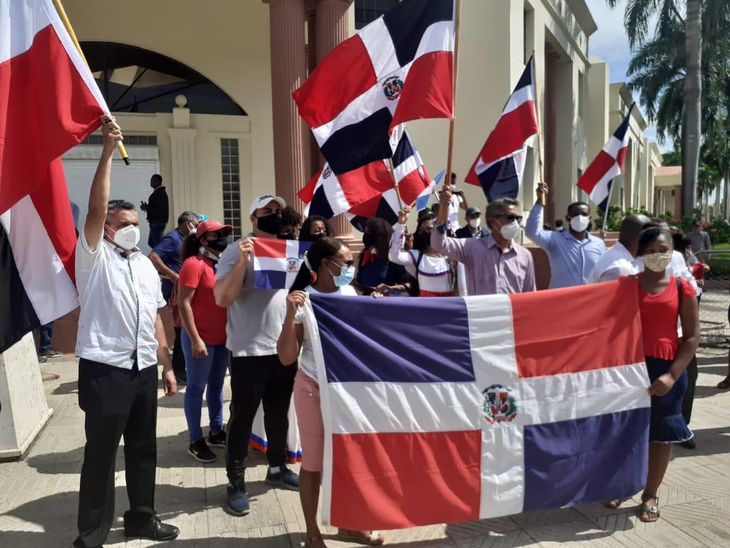 Evangélicos protestan frente al Palacio en contra de bandera LGTBIQ en despacho de viceministra