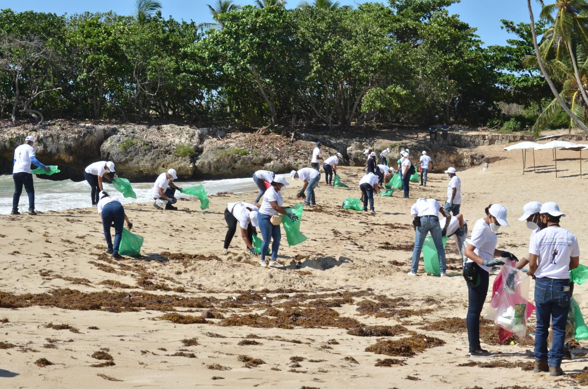 CAEI reitera su compromiso ambiental al apoyar Jornada Internacional de Limpieza de Playas