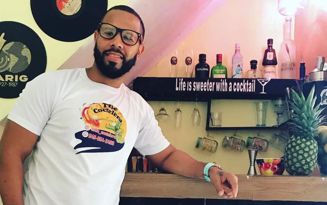 #UnMinutoEmprendedor   Joven bartender que perdió su trabajo por la pandemia, creó negocio de cócteles en su barrio