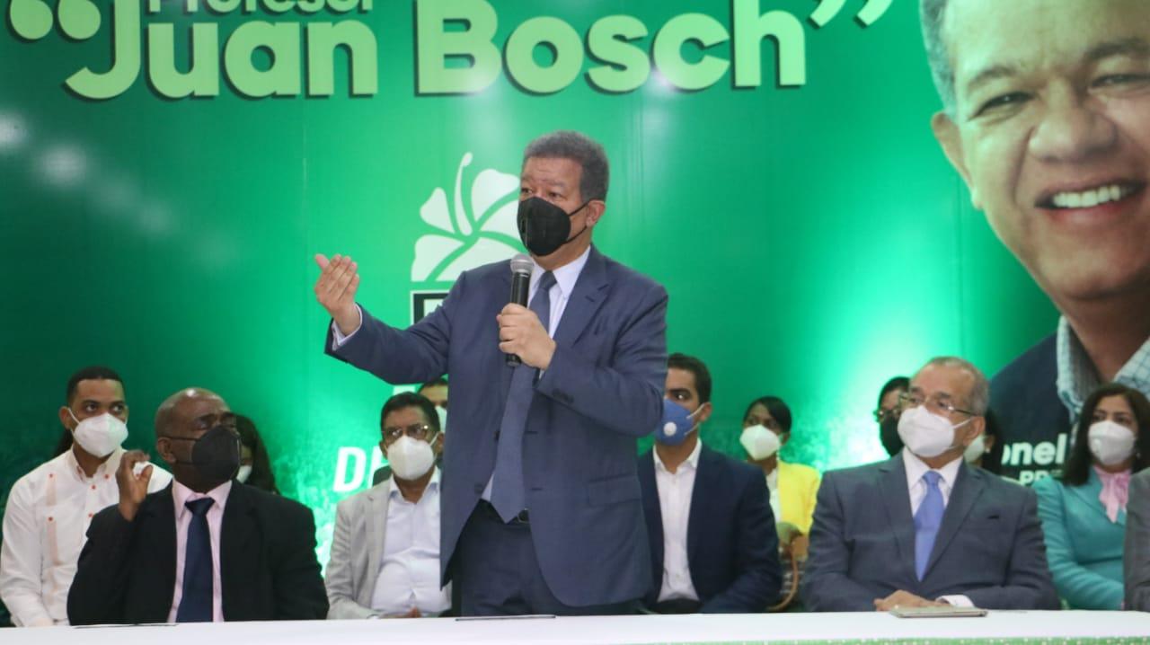 Leonel Fernández juramenta a coordinadores del Primer Congreso del Pueblo Profesor Juan Bosch