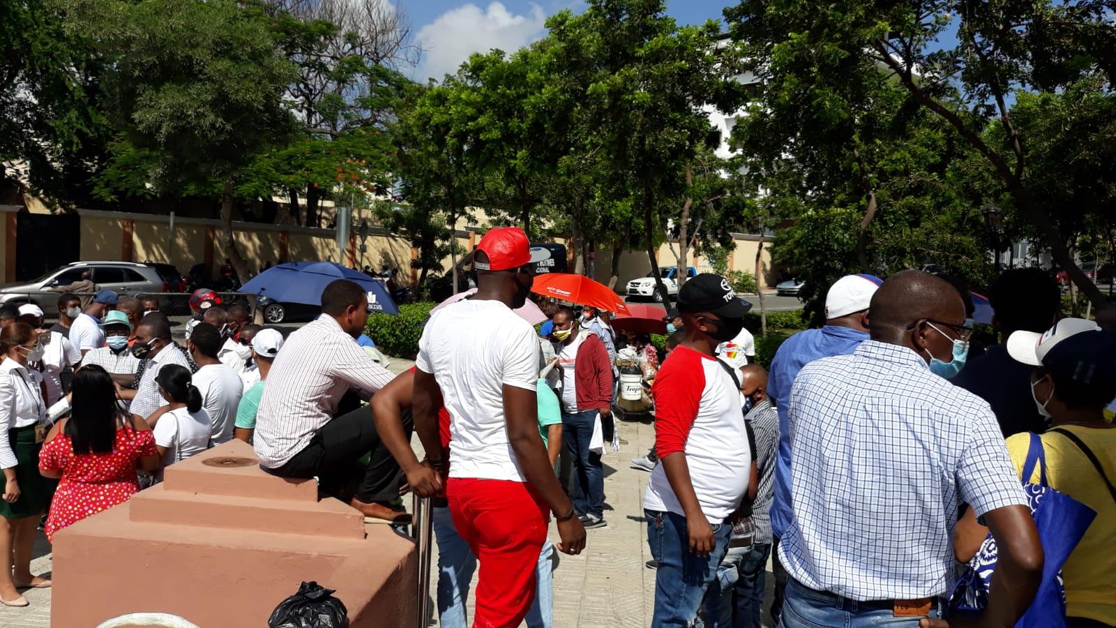 Video | Vendedores informales de la Pulga protestan frente al Palacio Nacional