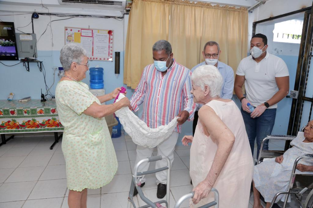 Gabinete de Política Social entrega sillas de ruedas y raciones alimenticias a asilos del Gran Santo Domingo