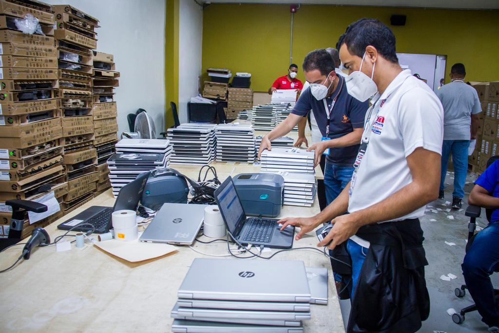 JCE inicia clonado laptops para programa de educación a distancia y virtual