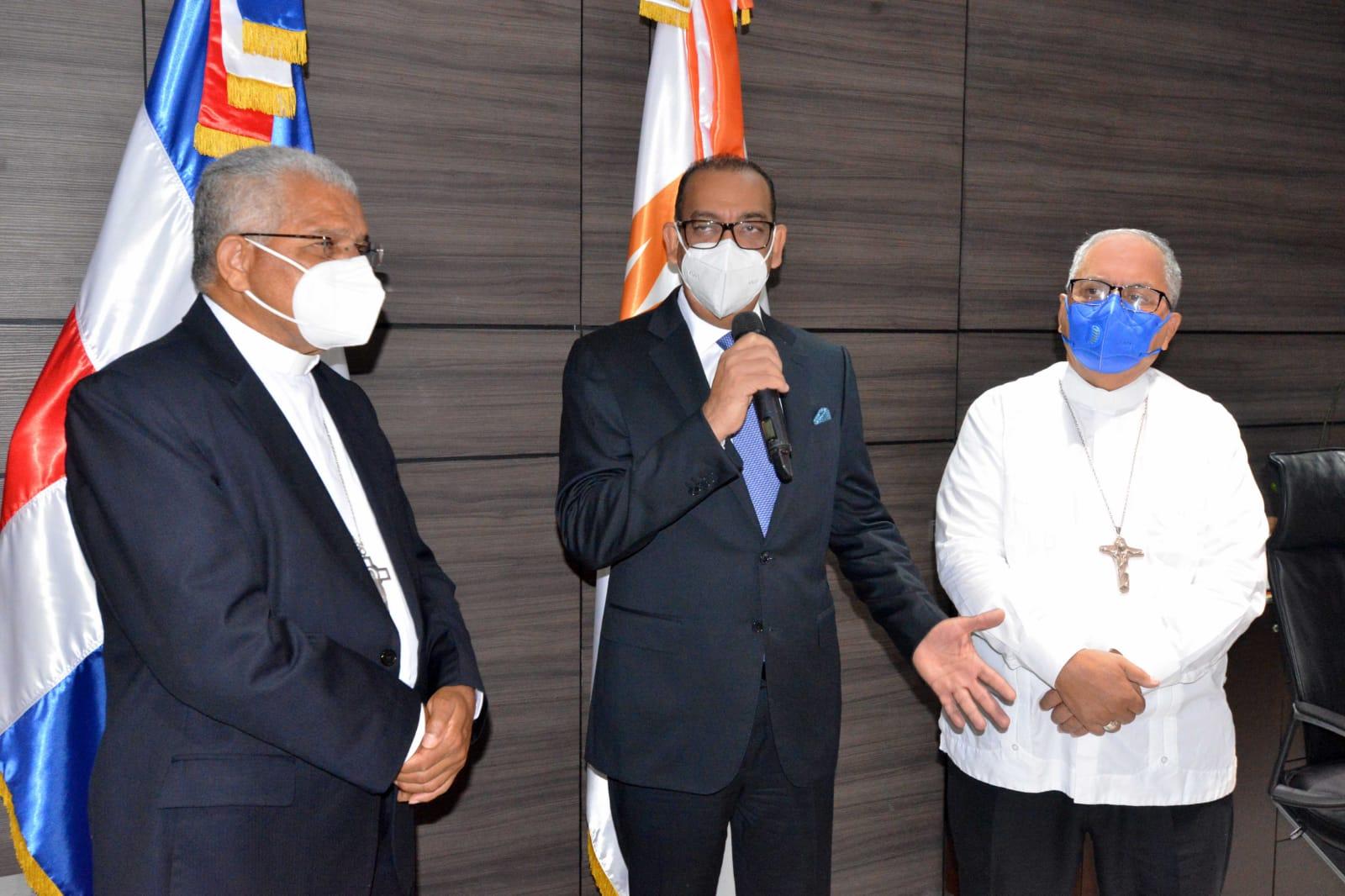 Arzobispo Ozoria y Obispo Benito Ángeles visitan al ministro de Obras Públicas