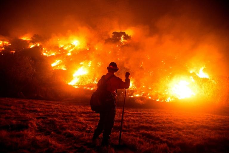Sin lluvias a la vista y mucho calor, California encara más fuego