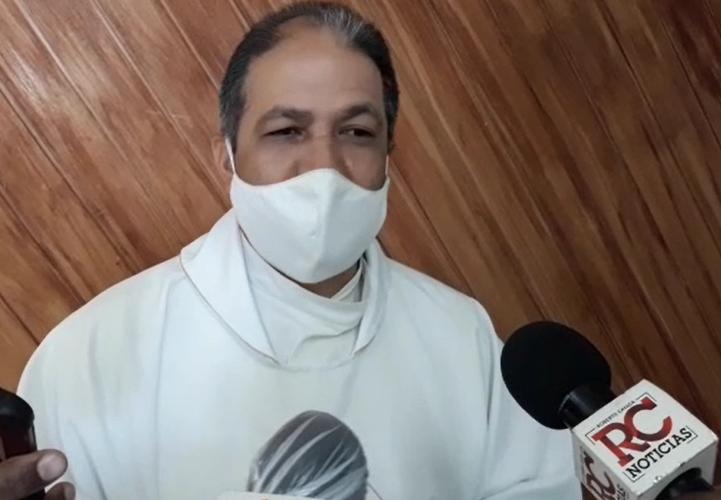 Video | Sacerdote cataloga como promoción antivalores, bandera LGTBQ en despacho de viceministra