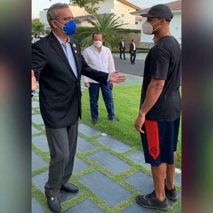 Presidente Abinader visita al ex jugador de las Águilas, Carlos Gómez