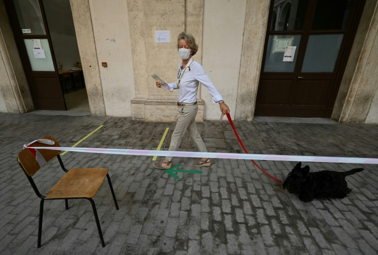 Los italianos desafían el coronavirus para votar en referéndum y elecciones regionales
