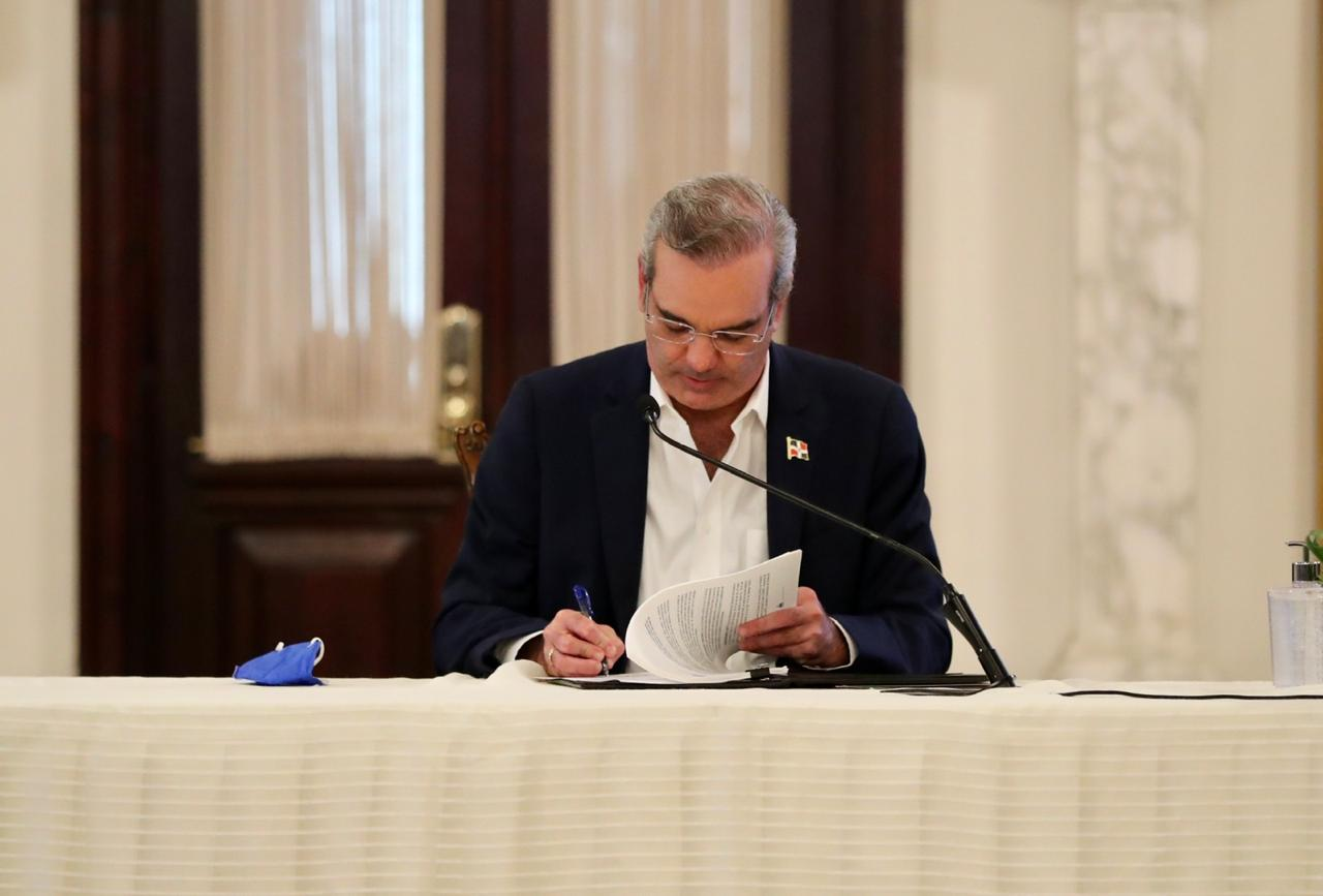 Abinader firma reglamento de aplicación de Alianza Público-Privadas