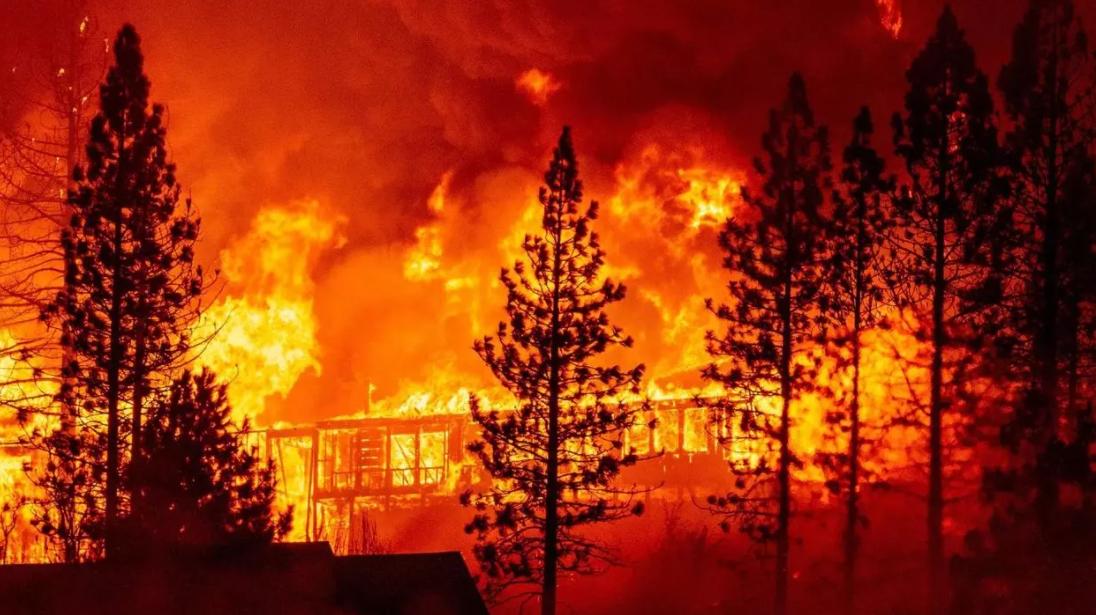 ¿Reconstruir o despoblar? Futuro incierto para comunidades azotadas por fuegos en EEUU