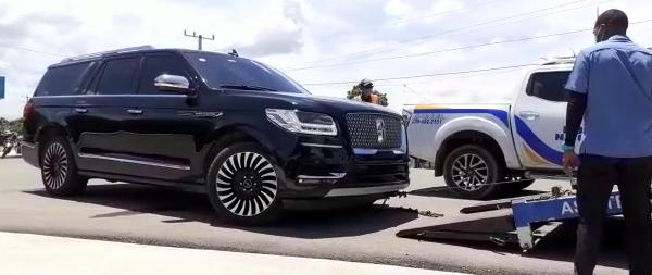 Video   Presidente Abinader es movido a otro vehículo por pinchadura en neumáticos de jeepeta oficial