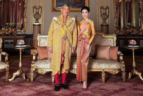 """Rey de Tailandia perdonó a la concubina real que encarceló por """"ambiciosa"""" y la incorporó a su harén de 20 mujeres"""