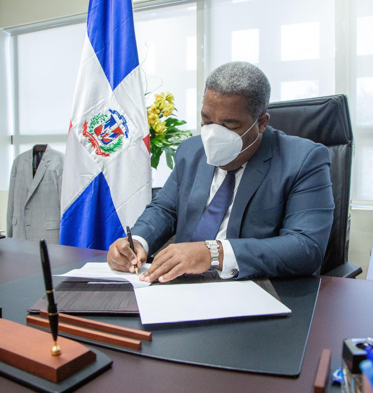 Tony Peña dispone eliminación de seguro médico internacional y comida para altos funcionarios