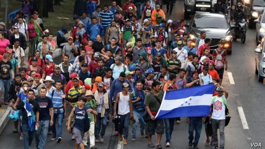 Muere migrante hondureño al caer de vehículo en caravana en Guatemala