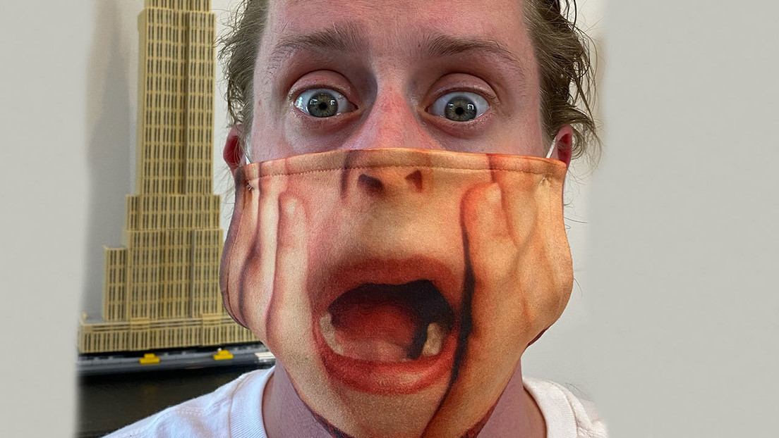 Macaulay muestra una máscara con un cuadro de 'Home Alone' para recordar necesidad de contener covid-19
