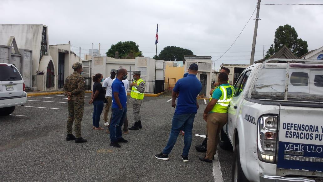 Dirección de Aseo Urbano y Espacios Públicos recuperan aceras que rodean Cementerio de la Gómez