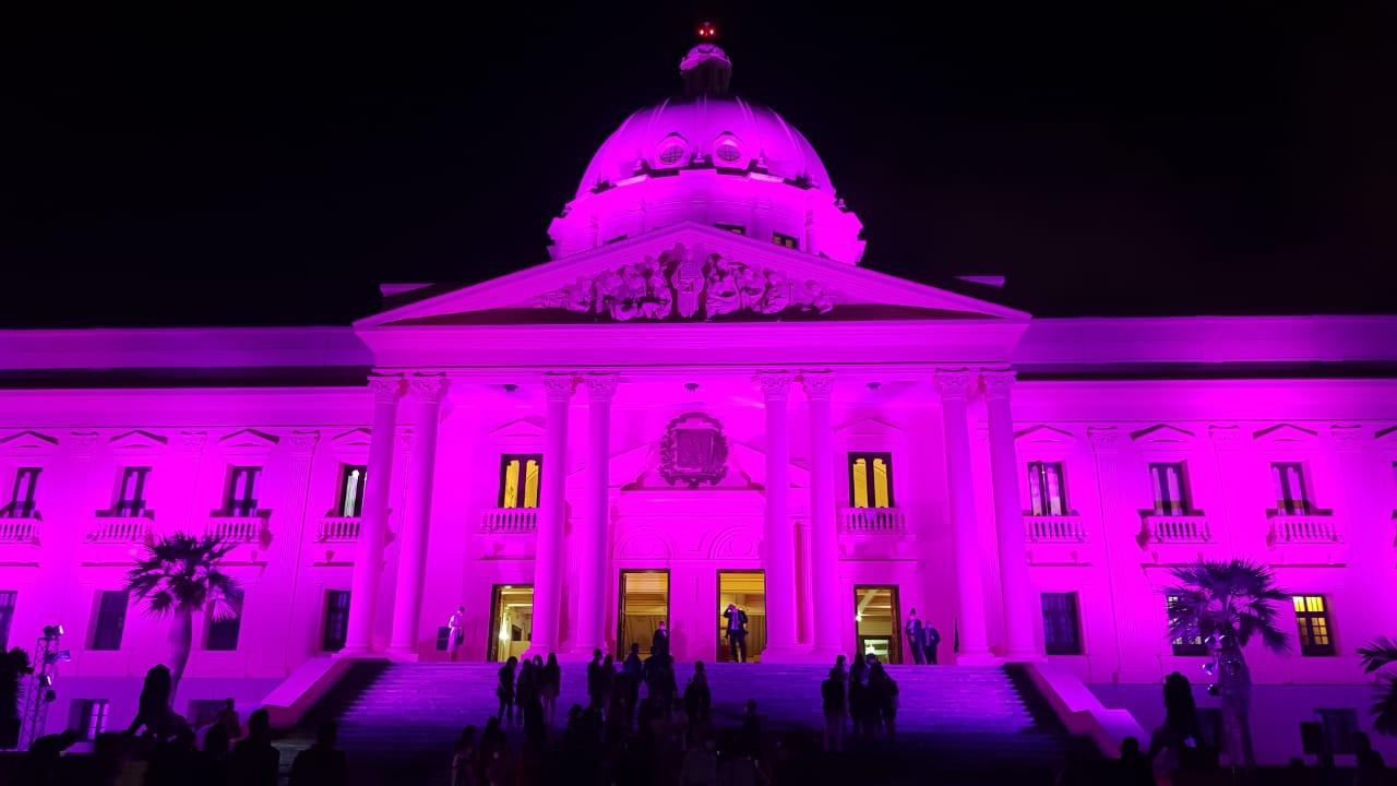 """Video   Palacio Nacional se viste de rosado como parte de la campaña """"Prevenir es vivir"""""""