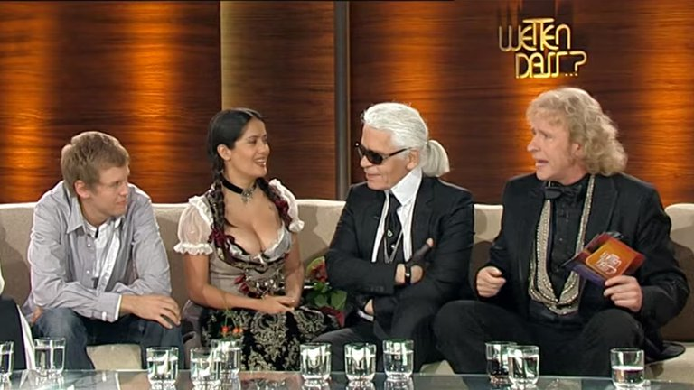"""Salma Hayek y la verdad detrás del escote que impactó a Karl Lagerfeld en la tv alemana: """"Perdí una apuesta"""""""