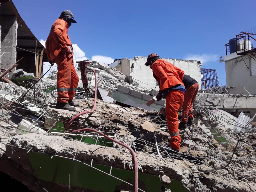 MOPC remueve escombros de vivienda colapsó en Los Mameyes