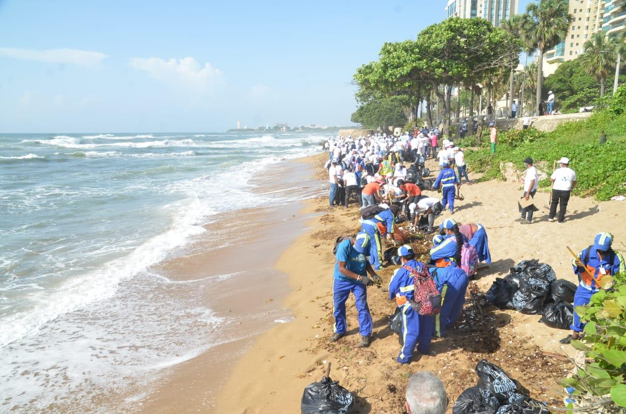 MESCYT realiza jornada de limpieza en playa de Güibia