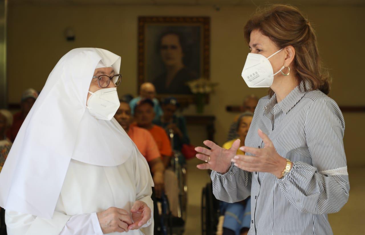 Video | Vicepresidenta lleva afiliación del seguro a centro geriátrico en Jarabacoa