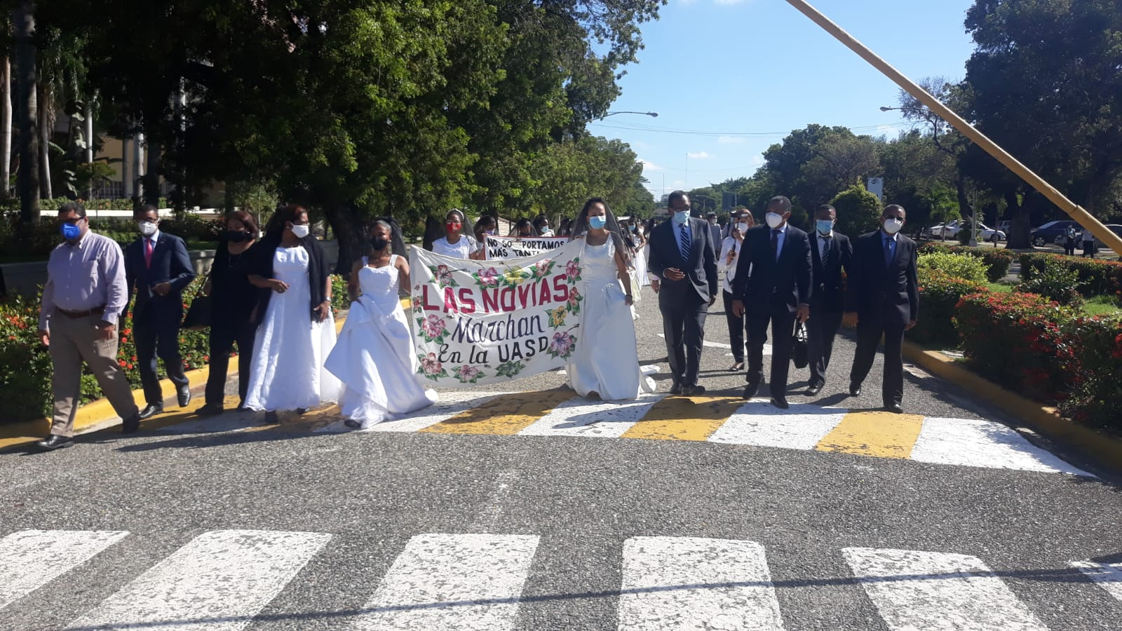 Video | Marchan vestidas de novia en rechazo a la violencia contra la mujer