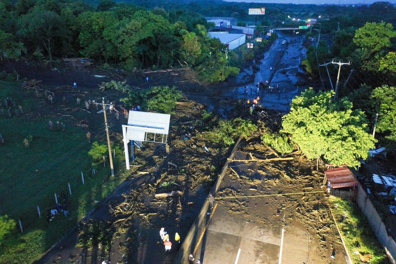 Seis muertos y 35 desaparecidos por deslave en El Salvador