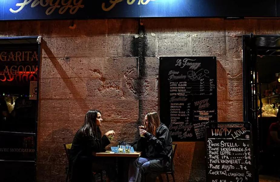 París, en alerta máxima por Covid, cerrará bares y cafeterías