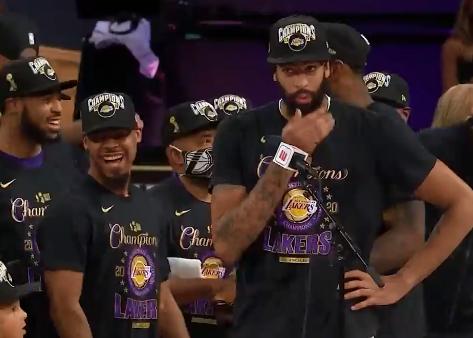 Kobe Bryant fue homenajeado durante los festejos de los Lakers por un nuevo título de la NBA