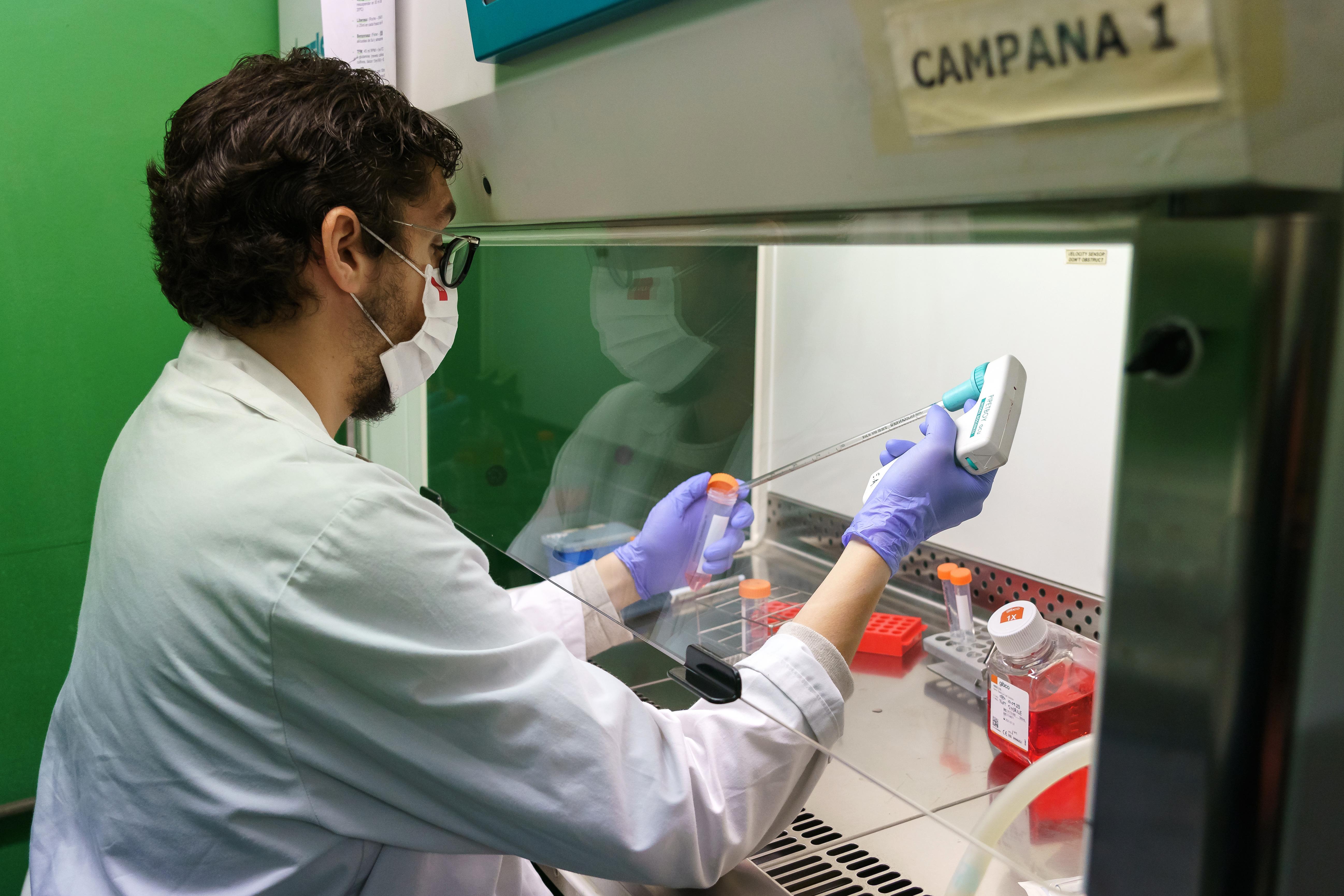 Aviones, hielo seco, farmacias: el enorme desafío logístico de vacunar contra el covid-19