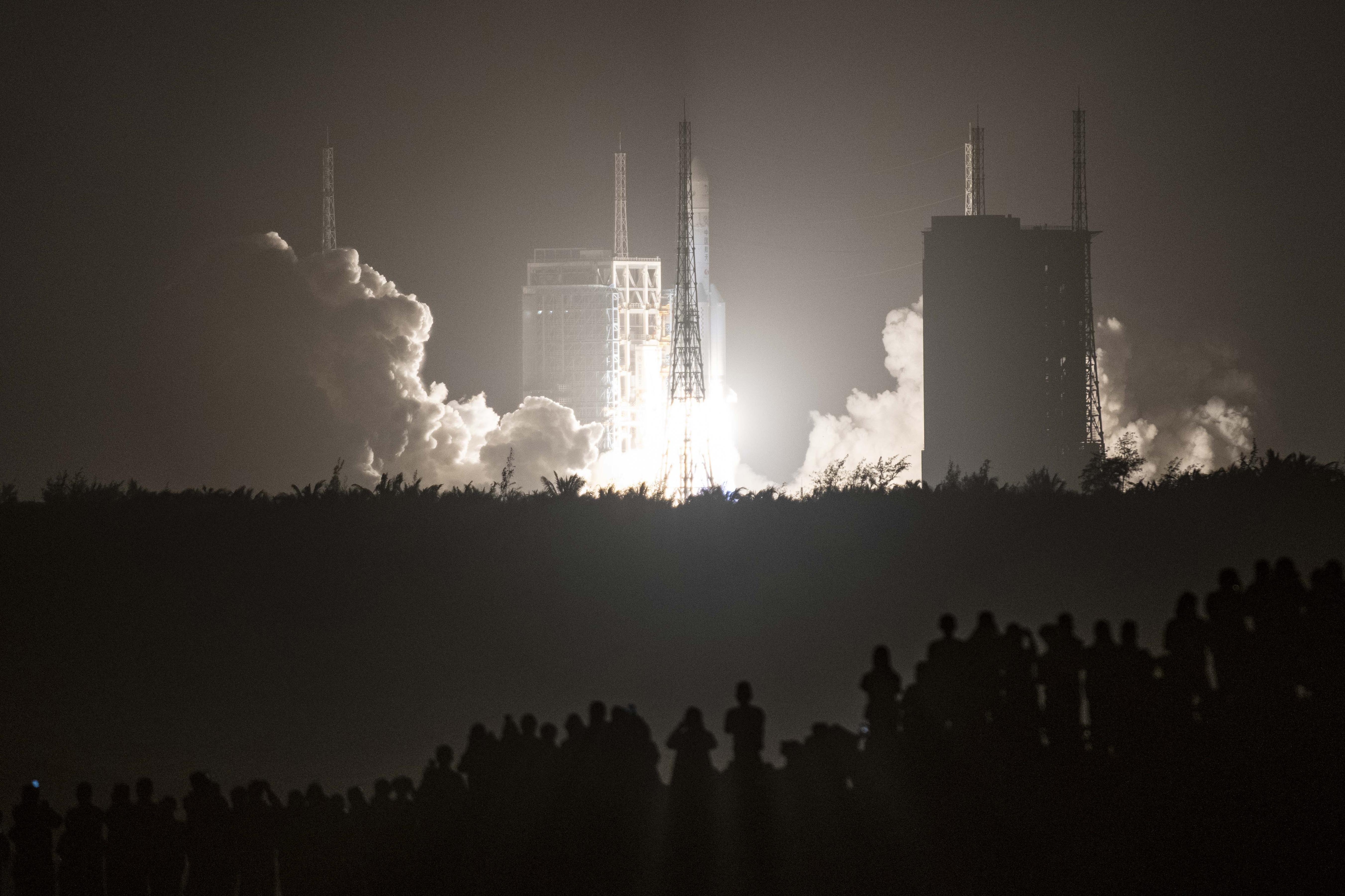China lanza una sonda para traer muestras de la Luna