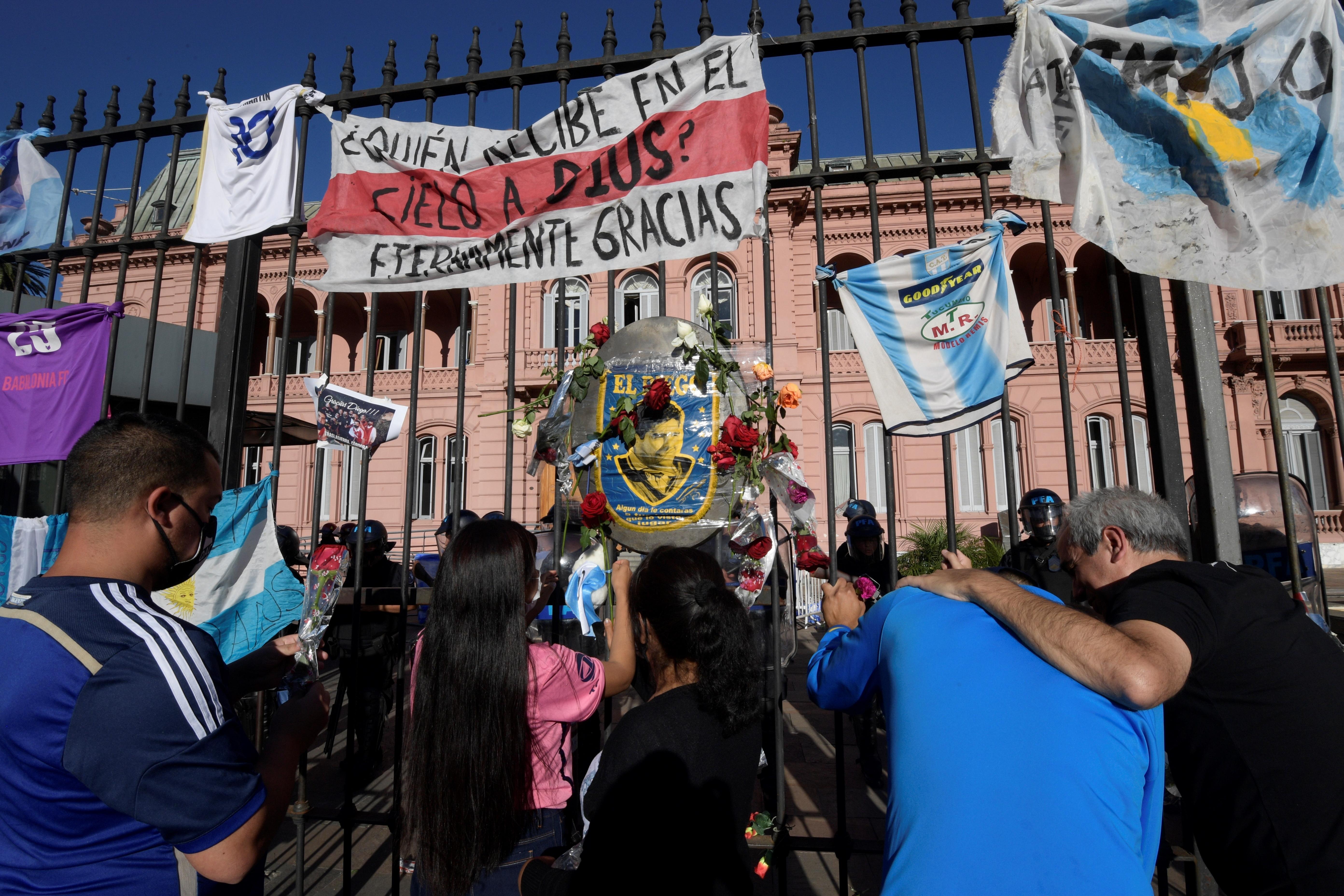 """Fieles de Diego Maradona buscan """"un último milagro"""" de su fallecido """"D10S"""""""