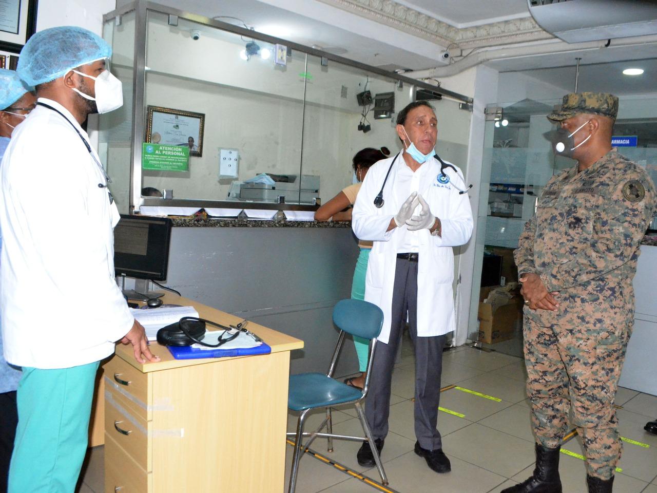 Comandante general del Ejército realiza visita a la Clínica Cruz Jiminián.