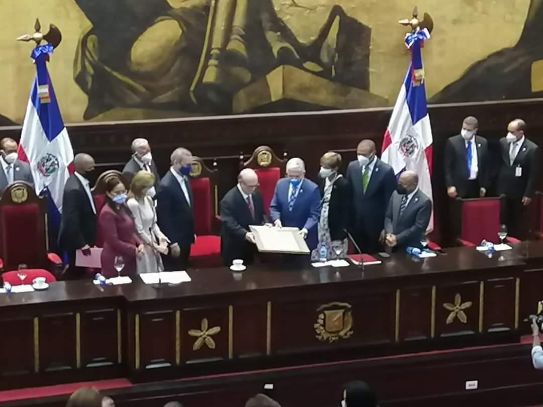 Hipólito Mejía recibe reconocimiento del Senado por sus aportes al país