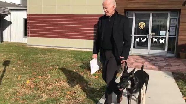 Biden se fractura el pie jugando con su perro