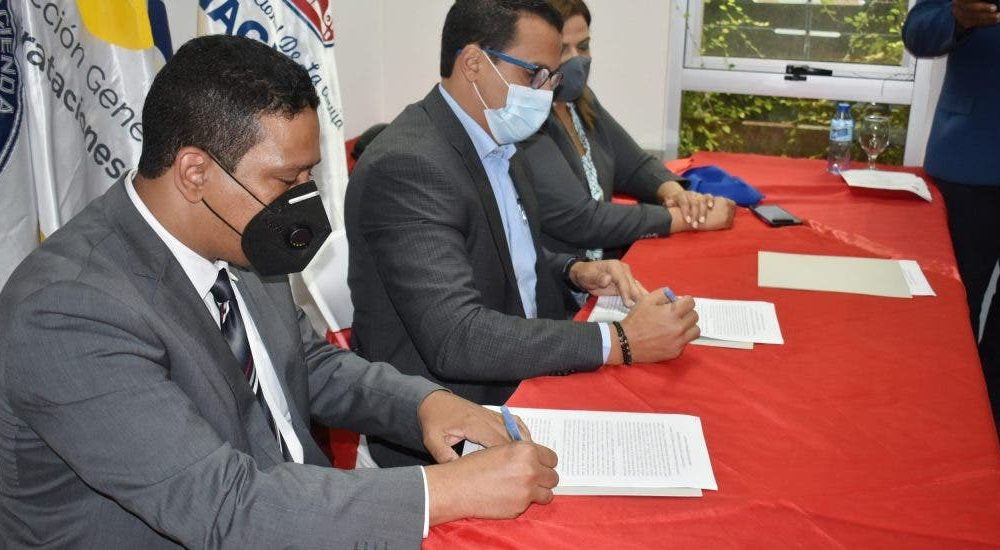 Inaguja firma acuerdo con Contrataciones Públicas en beneficio de MiPymes textiles