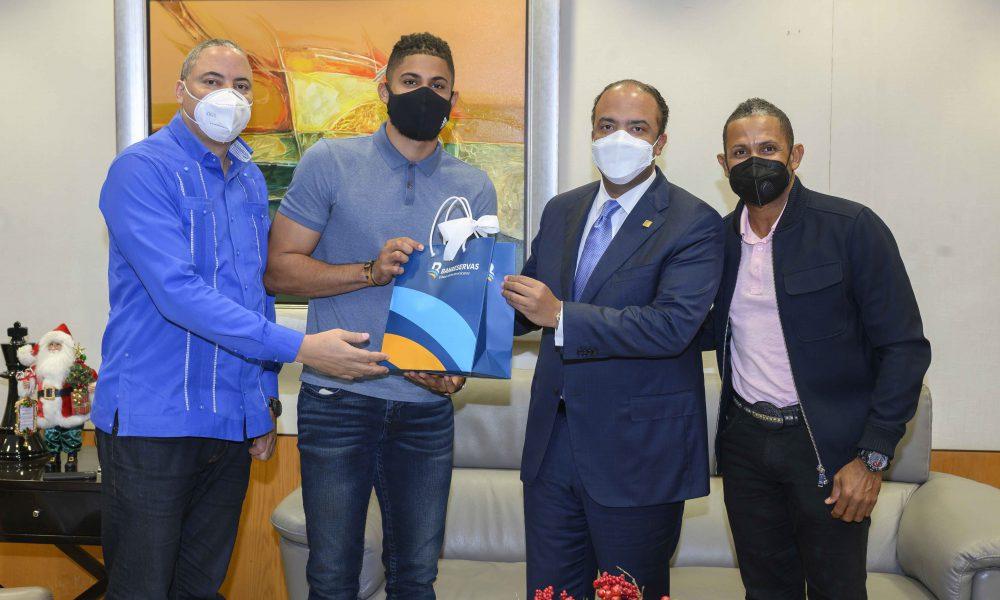 Fernando Tatis Jr. visita al administrador general de Banreservas