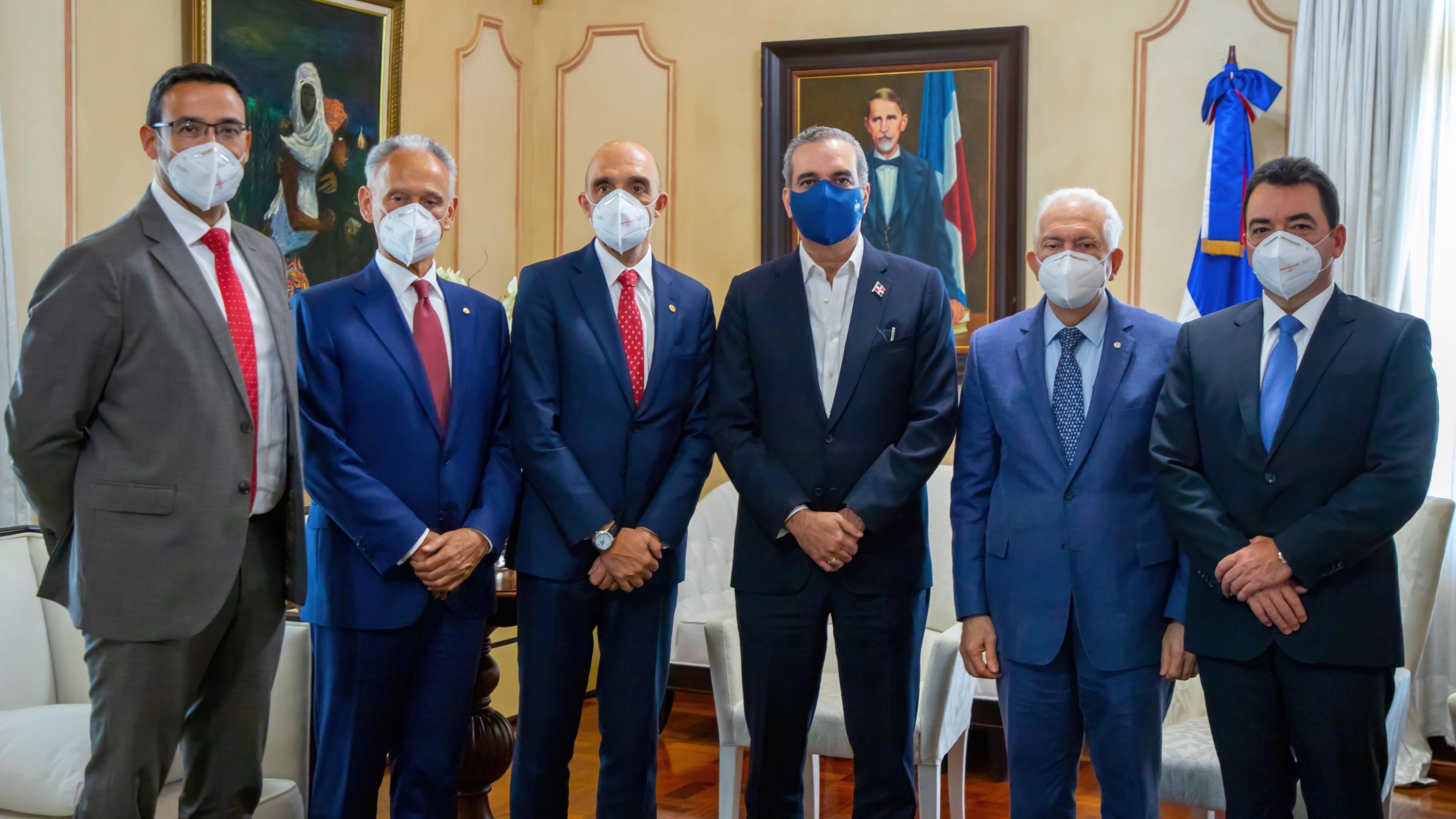 Ejecutivos del Grupo MAPFRE y del Centro Financiero BHD León visitan al presidente Abinader
