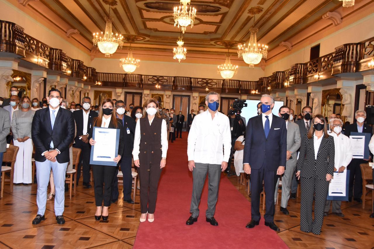 Gobierno entrega certificados de cumplimiento de protocolos de prevención a sector turístico