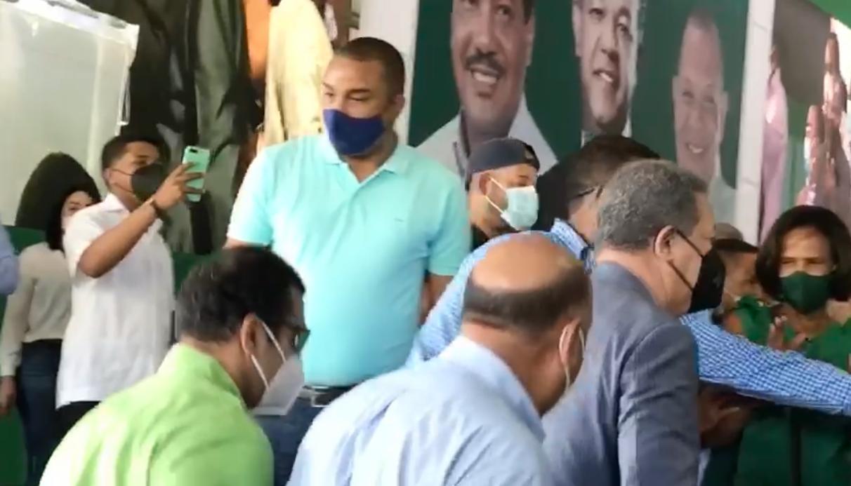 Video | Llegada de Leonel Fernández y Carlos Guzmán al lugar de juramentación masiva del partido