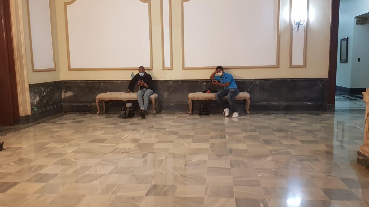 Ponen asientos en la entrada a periodistas que cubren la fuente del Palacio Nacional