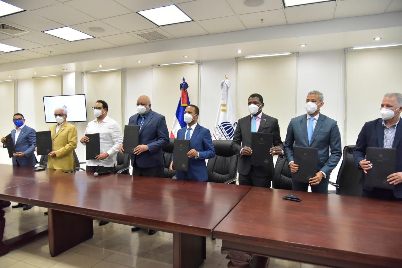 Educación y sector eléctrico firman acuerdo para garantizar electricidad en horarios de clases