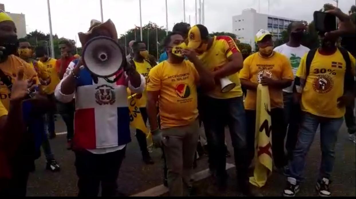 Video | Manifestantes de nuevo reclaman 30% AFP frente al Congreso