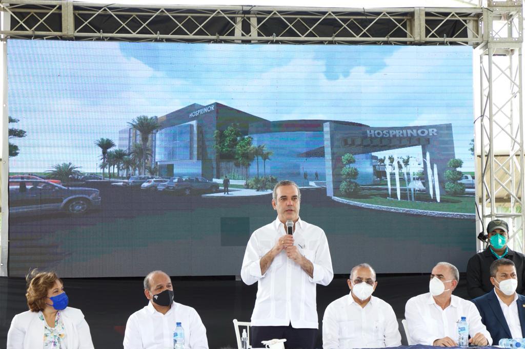 Luis Abinader visita terrenos del Hospital del Noroeste en Mao