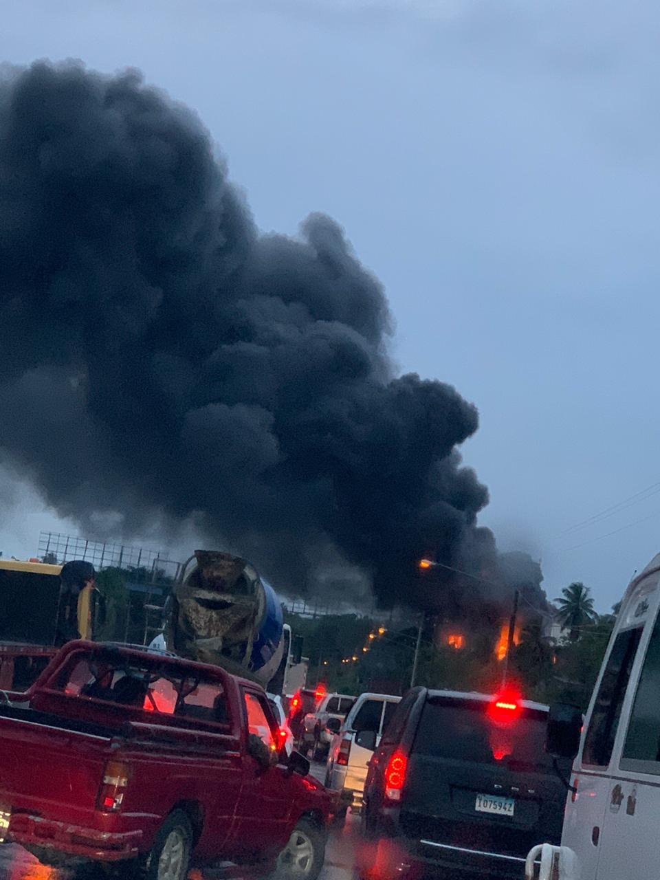 Video | Voraz incendio afecta empresa Refripartes en autopista 6 de Noviembre