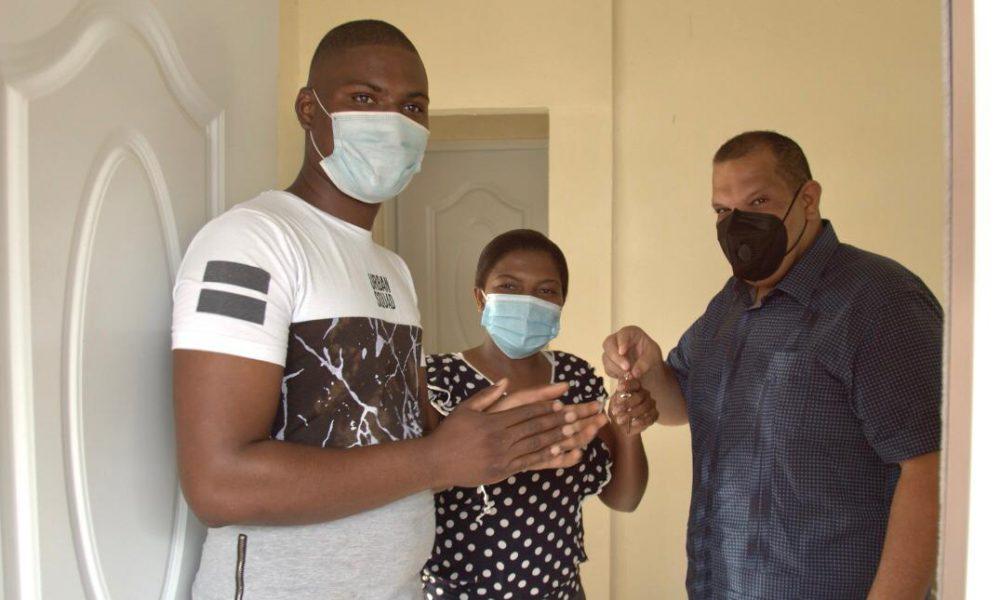 Carlos Guzmán entrega vivienda a familia quedó a la intemperie tras incendio