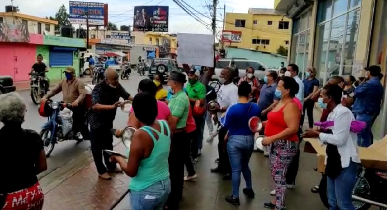 Video | Exempleados del ayuntamiento de Los Alcarrizos reclaman pago de prestaciones