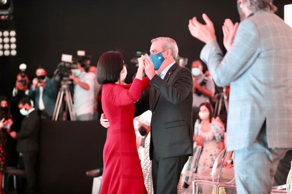 Presidente Abinader cumple baile a la  Primera Dama a ritmo de Juan Luis Guerra