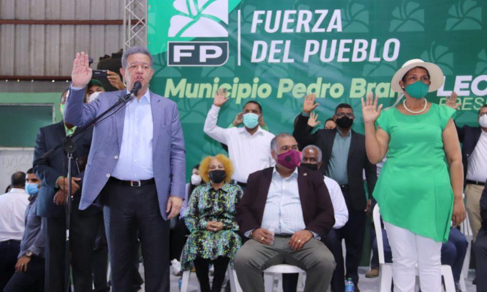 Leonel juramenta en la FP a la alcaldesa de La Guáyiga