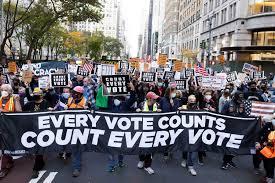 """Miles de personas piden """"contar cada voto"""" en Nueva York, tensión en Detroit"""